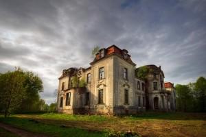 Un village s'oppose à la démolition d'une maison hantée, craignant la vengeance des esprits