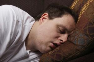 Dormir assis devant une table, serait-ce meilleur pour la santé ?