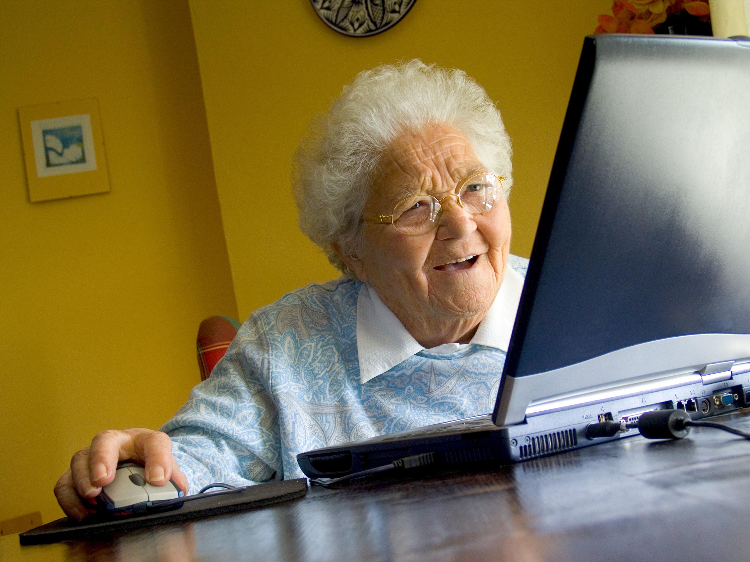 vieille dame sur ordinateur