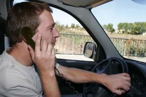 Sécurité routière : il est légal de téléphoner au volant en raison d'une faille de la loi