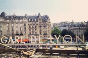 Paris Gare de Lyon : le train démarre laissant un grand nombre de passagers sur le quai