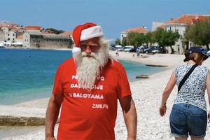 Ibiza : sénile, le Père Noël distribuait des cadeaux en plein mois d'Août !