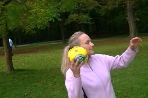 Paranormal : les scientifiques sont perplexes face à cette vidéo d'une femme lançant un ballon. Et vous ? Votez !