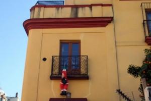Disparu depuis le 24 décembre, ils le retrouvent accroché à un balcon déguisé en Père Noël