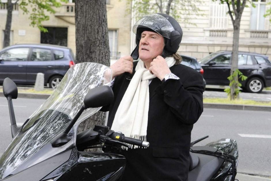 Gérard Depardieu en scooter | Photo : linternaute.com