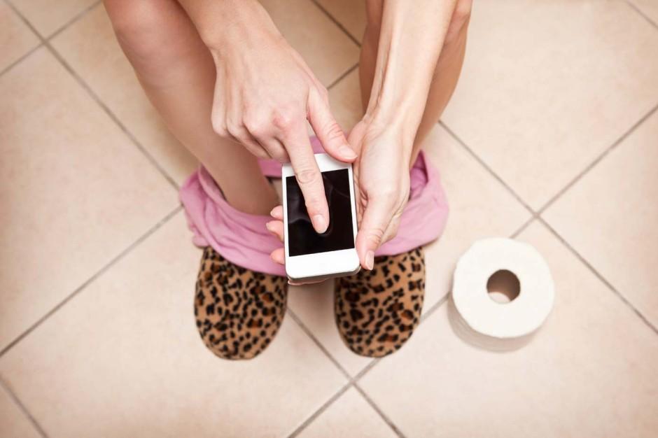 telephone-dans-les-toilettes-01