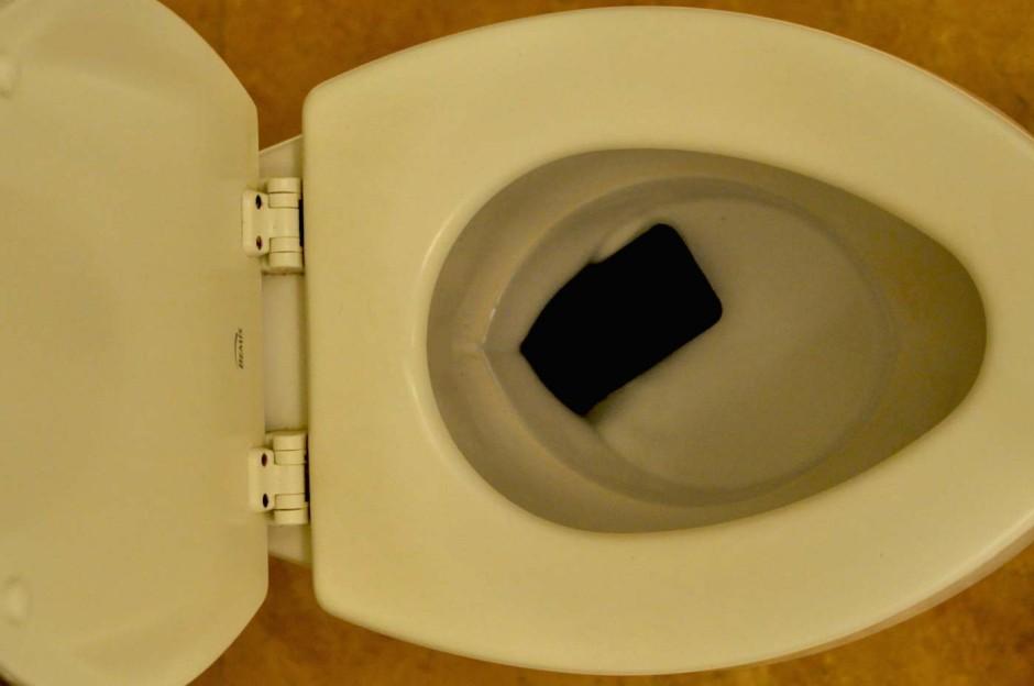 telephone-dans-les-toilettes-02