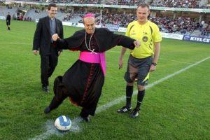 Euro de foot 2016 : pour une totale impartialité, les arbitres viendront du Vatican