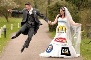 Tendance : financez votre mariage avec de la publicité sur votre robe de mariée