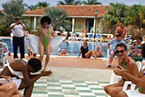 """Le maire de Cannes indique que les maillots de bains Mankini """"Borat"""" sont les bienvenus sur ses plages"""