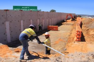 Des bénévoles Mexicains construisent un mur pour se protéger des migrants US