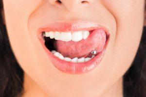 Elle est passée à un cheveux de perdre sa langue à cause d'une cacahuète grillée
