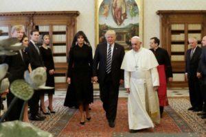 De retour aux USA, Trump avoue être outré de ne pas avoir pu rencontrer la femme du pape François