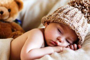 Tuto : savoir réagir lorsqu'un ami présente son bébé à qui il a donné un prénom ultra ridicule