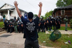 Bavure : des policiers américains frappent accidentellement 47 fois un homme blanc qui venait de ramoner sa cheminée